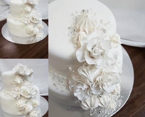 Svadobná torta so striebornými detailami