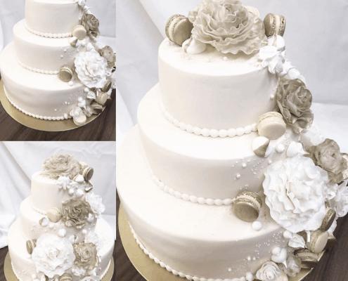 Svadobná torta so zlatými ružami a makarónkami