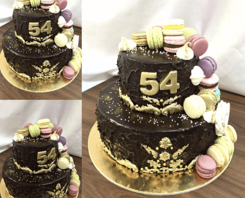 Narodeninová torta so zlatými ornamentami a makarónkami