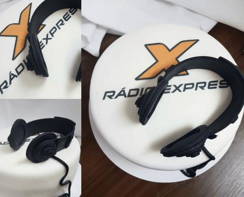 Firemná torta s logom rádia expres a slúchadlami