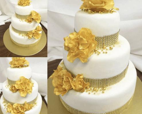 Zlato biela torta na jubileum so štrasovým pásom okolo poschodia