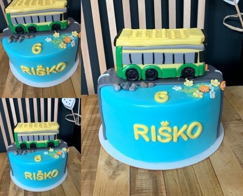 Detská torta so žltým autobusom na ceste