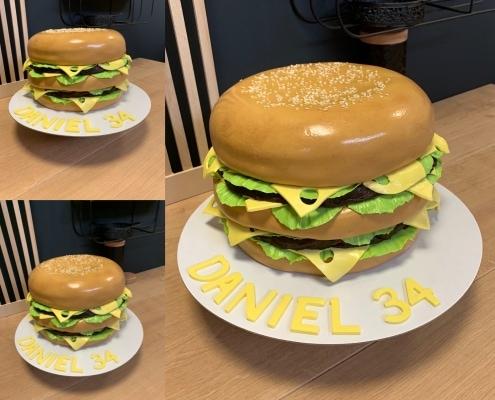 Veľký hamburger so šalátom a syrom posypaný sezamom