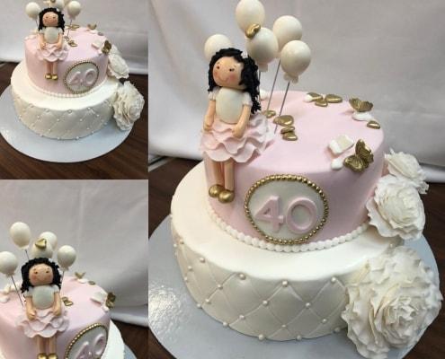 Biela matracová torta s perlami s kvetmi a postavičkou
