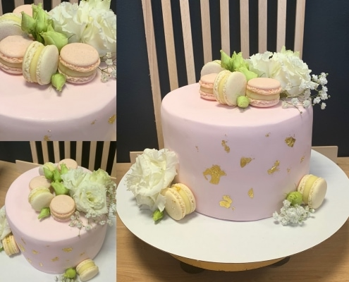 Ružová torta s jedlým zlatom a makarónkami a kvetmi