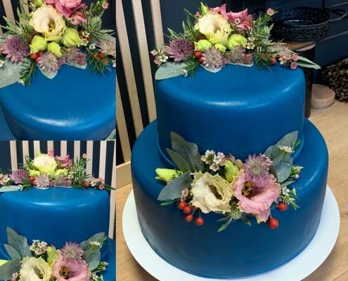 Torta na jubileum v tmavomodrej farbe so živými kvetmi