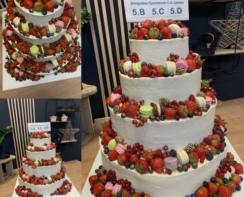 Torta na stužkovú s čerstvým ovocím a makarónkami